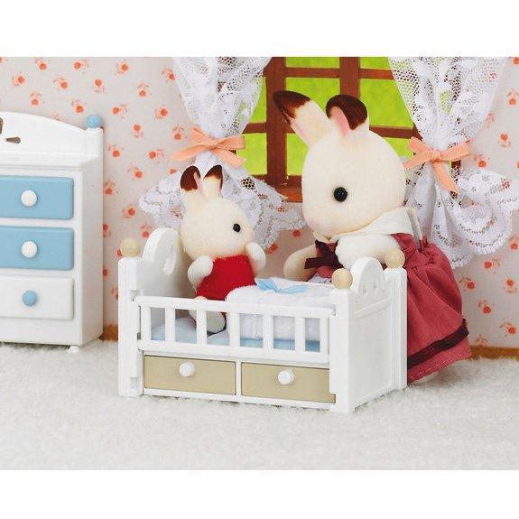 Bébé Lapin chocolat et son lit Sylvanian Families 2205